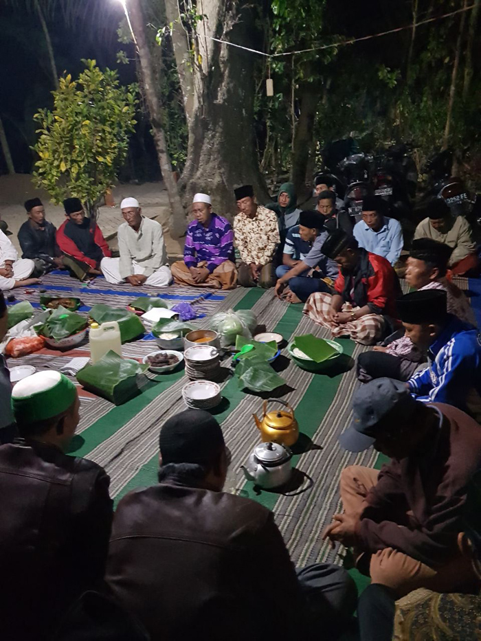Do'a Bersama: Puluhan Warga Gelar Do'a Bersama di Makam Mbah Keti.