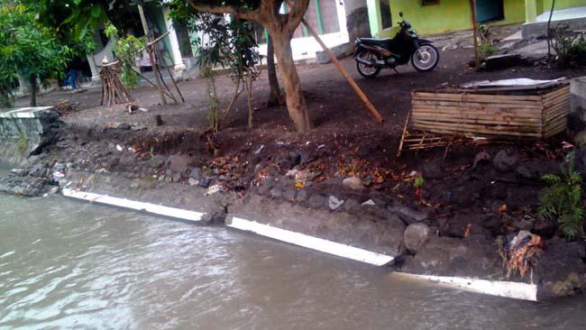 Penahan Air Pinggir Sungai Ambrol, Resahkan Warga Wonokerto Lumajang