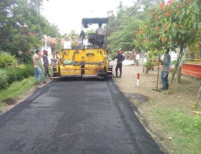 Penimgkatan jalan di Kencong hingga Kraton yang diperkirakan selesai pada akhir Bulan November ini
