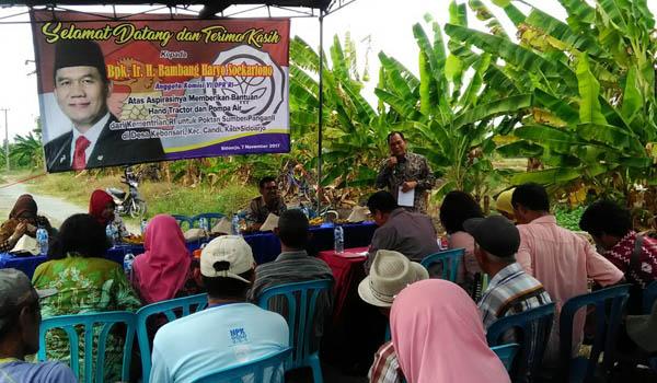 Ir.H.Bambang Haryo Soekartono saat memberikan pidatonya pada petani,Desa Kebonsari,Candi (Memo X/Agus HP)