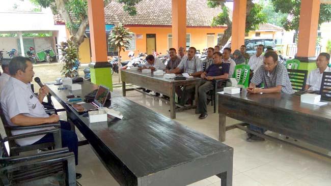 Camat Panarukan Bina 33 Pemdes Paowan tentang Tugas Fungsi Aparatur Desa