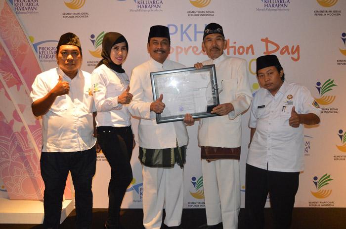 Wabup Qosim saat menerima penghargaan bersama Kepala Dinas Sosial, Setot Supriyohadi