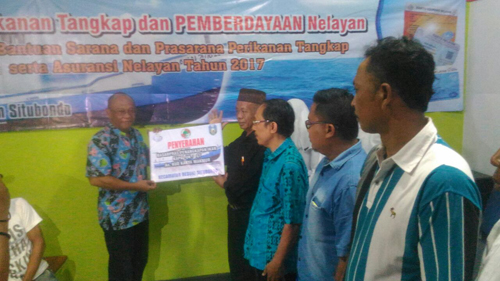 Dinas Kelautan Situbondo Serahkan Bantuan dan Asuransi Nelayan