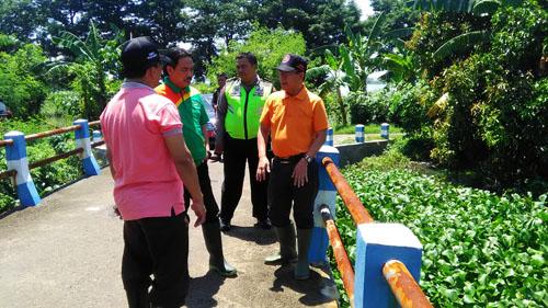 Wakil Bupati Sidoarjo,Nur Ahmad Syaifuddin (kaos hijau) dan Kepala BPBD Kabupaten Sidoarjo Dwijo Prawito (kaos orange) meninjau langsung ke lokasi luberan air sungai bangil tag di Desa Kedungboto,Beji, Pasuruan ( Memo X/Agus HP)