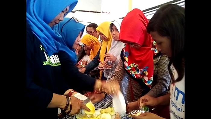 Para pengunjung antusias rujakan gratis di vestifal mangga. (pix)