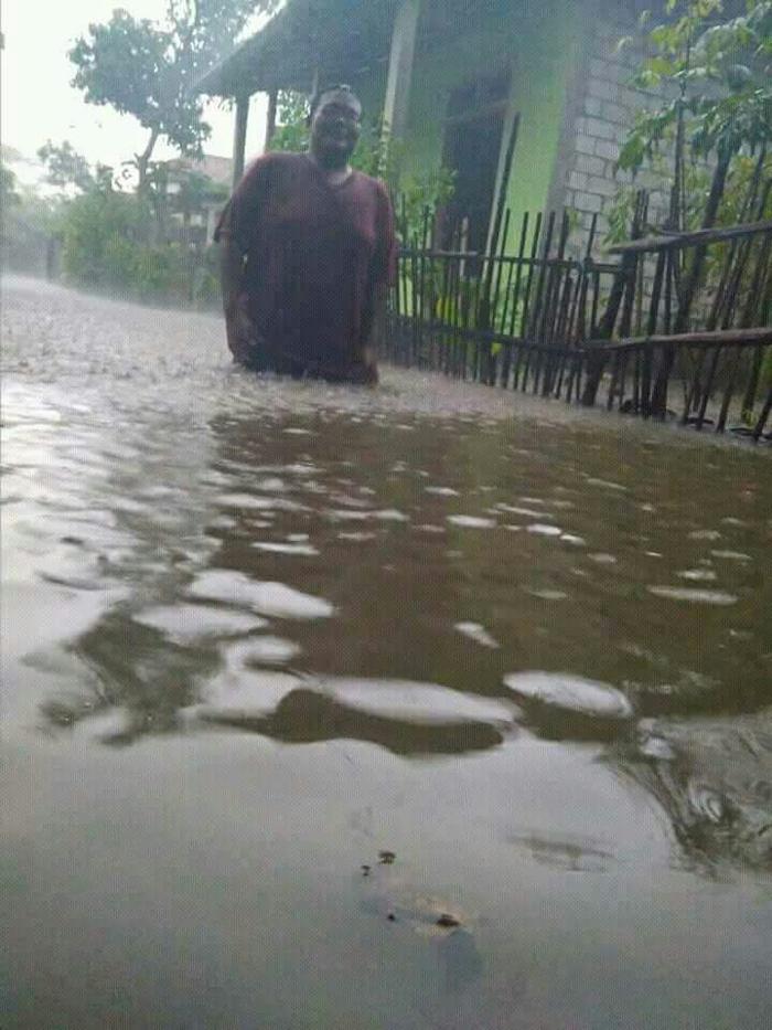 banjir rendam jalan dan perumahan warga
