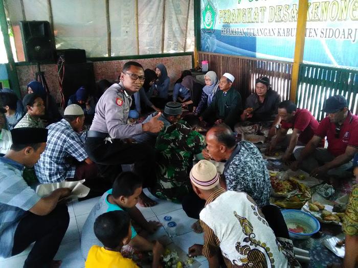 Kepala Desa Kenongo,Tulangan M.Husin ( songkok putih) berserta jajaran forkopimka Tulangan dan warga makan bersama acara ruwah desa ()gus HP)