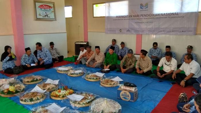 Suasana serah terima secara simbolis Infrastruktur sekolah oleh PT. BSI kepada Korwil Satdik Kecamatan Wilayah Pesanggaran.