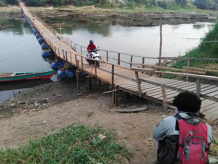 Jembatan apung di Desa Tambakrejo, Krembung melintang di sungai kali porong (gus)