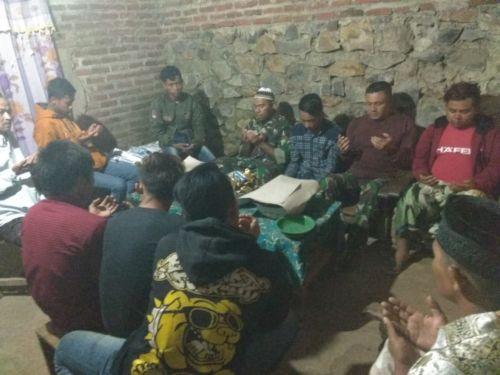 Suasana kebersamaan Satgas TMMD saat hadiri tasyakuran di rumah warga Desa Jembul