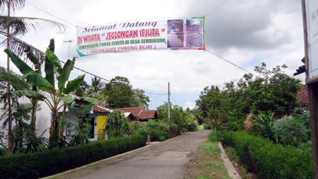 Jalan Berlubang, Warga Desa Sembulung Pasang Spanduk