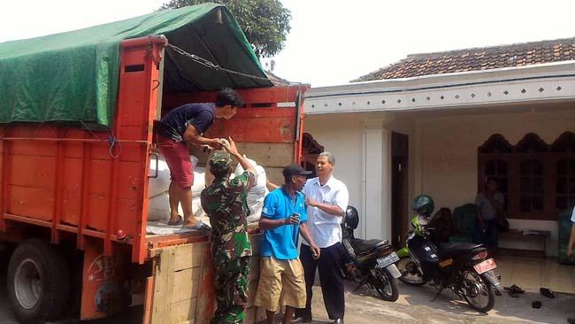 Koramil 081514 Dlanggu Dampingi Pendistribusian Benih Padi Bersubsidi