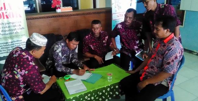 Tim petugas Kecamatan,saat menjelaskan tata cara adminitrasi desa (gus HP)