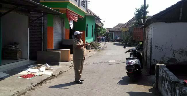 Tanpa PJU warga Desa Panggreh menggunakan penerangan dari teras rumah (gus HP)