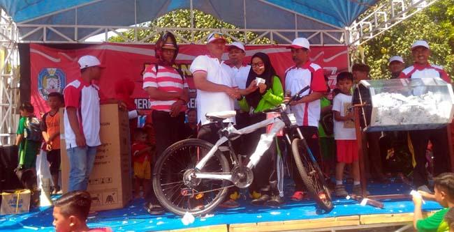 Camat Suboh Suprapto, SH saat memberikan hadiah utama kepada para pemenang undian(yud)