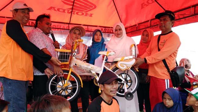 Kepala Desa Kedungboto,Yusuf serahkan sepeda angin pada pemenang peserta jalan sehat (gus)
