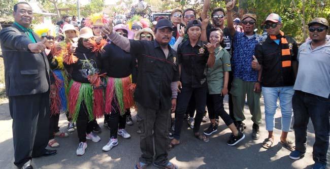 H.Kasum tokoh masyarakat Dusun Tlocor (kiri) , melepas rombongan pawai budaya dalam rangka larrung saji (gus)