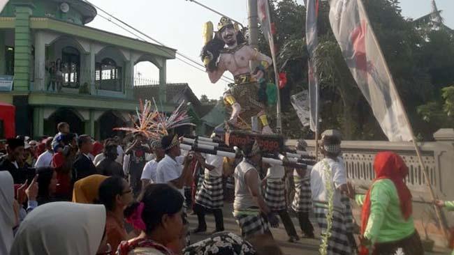 Warga Sukabumi Gelar Kirab Gunungan dan Pawai Budaya Lokal