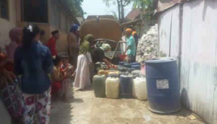 BPBD Sampang Droping air Bersih Gratis Kepada Warga Yang Kekeringan