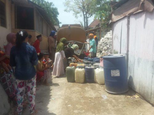 AIR BERSIH: Warga menerima droping air bersih gratis dari BPBD Kabupaten Sampang.