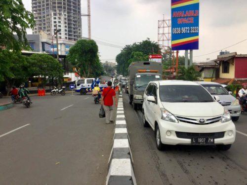 Asiknya Bal-balan di Tengah Kemacetan