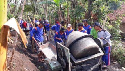 Disnaker Bangun Rabat Beton, Libatkan Masyarakat Toyomarto Singosari