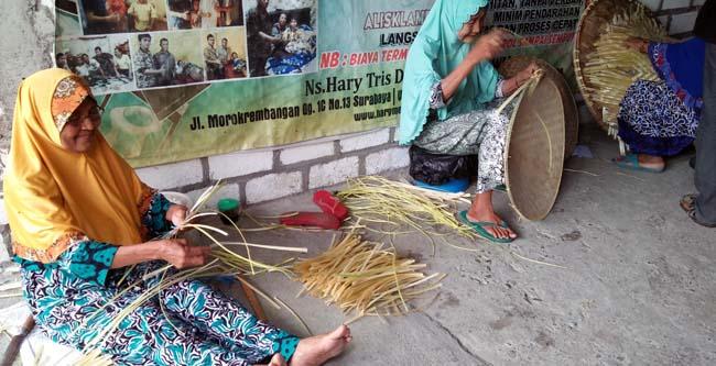 Mbah Juwariyah bersama warga Desa Sukolilo lainnya saat menganyam bambu untuk dijadikan caping