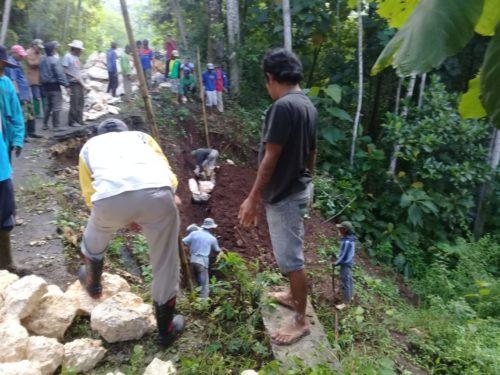 DANA SUKARELA : Ratusan Warga Desa Segaran Bangun Jalan Palbacok Dengan Dana Sukarela. (H Mansyur Usman/Memontum.Com)