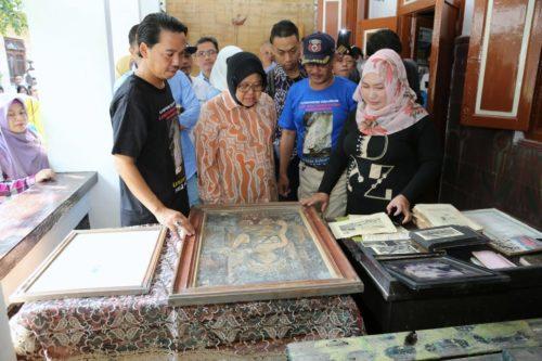 MENELUSURI : Wali Kota Surabaya Tri Rismaharini mengisi akhir pekan ini dengan menelusuri jejak-jejak sejarah di Kampung Peneleh Surabaya, Sabtu (18/5).