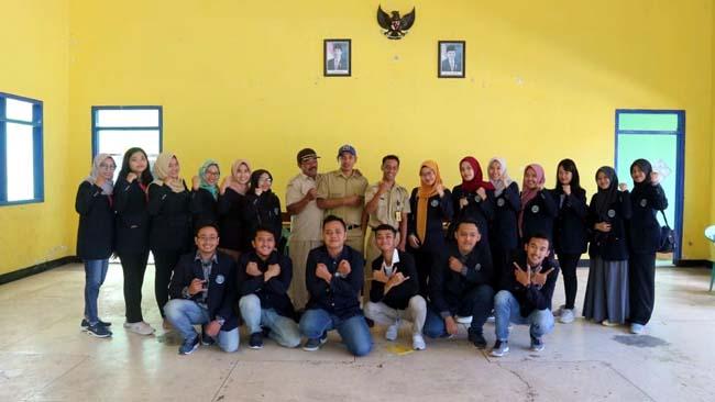Sekelompok anggota KKN UM Bersama Seluruh Perangkat Desa Ringinsari. (H Mansyur Usman/Memontum.Com)