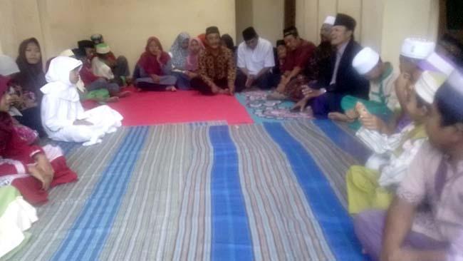SANTUNAN : Bersama Tokoh Masyarakat Dalam Acara Santunan Anak Yatim.(H.Mansyur Usman/Memontum.Com)