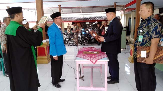 Camat Krembung, Drs. Abdul Muid M. Si, saat melantik (kiri) Pj Kades Balonggarut M. Sultoni (gus)