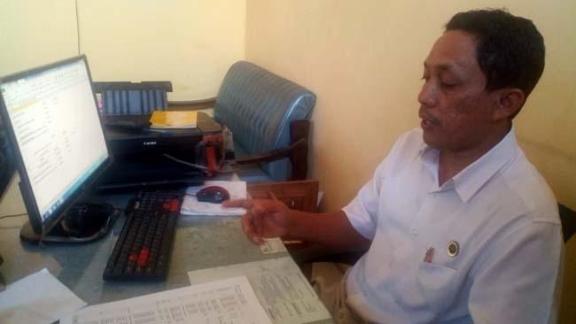 KONFIRMASI : Ketua Panitia Pilkades Desa Kencong Yoni Setiawan saat dikonfirmasi di kantornya. (rir)