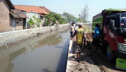 Antisipasi Banjir, Pemdes Pesawahan Kebut Perbaikan Saluran
