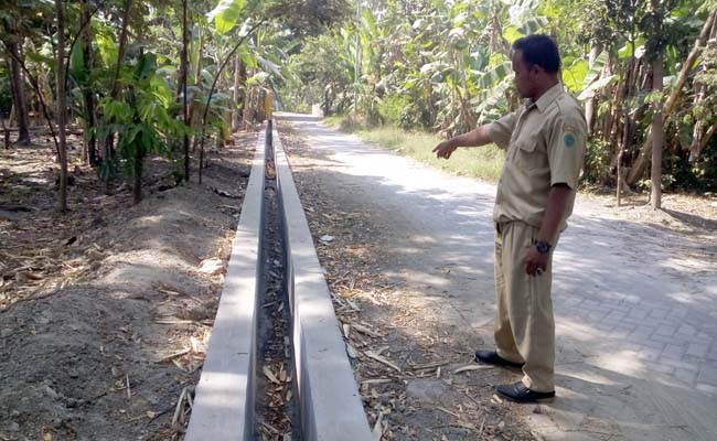 Kaur Perencanaan Desa Gading, Abdul Aziz Muslim menunjukkan pembangunan saluran yang sudah selesai dikerjakan (gus)