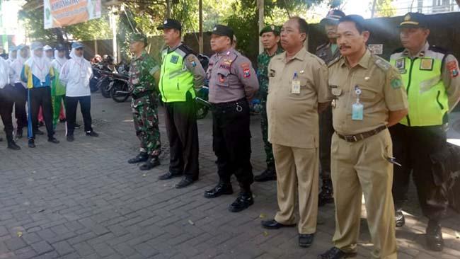 Upacara penyerahan siswa siswi calon anggota Paskibra Kecamatan Krian kepada pelatih. (par)