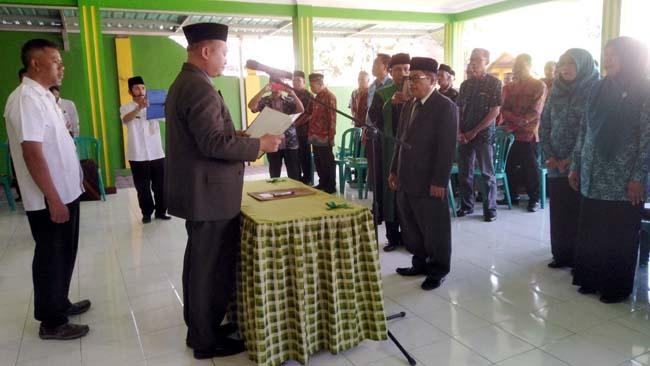 Pj Kepala Desa Kedungsumur, (kanan) Luqman Shodiq saat dilantik oleh Camat Krembung, Drs. Abdul Muid M.Si. (gus)