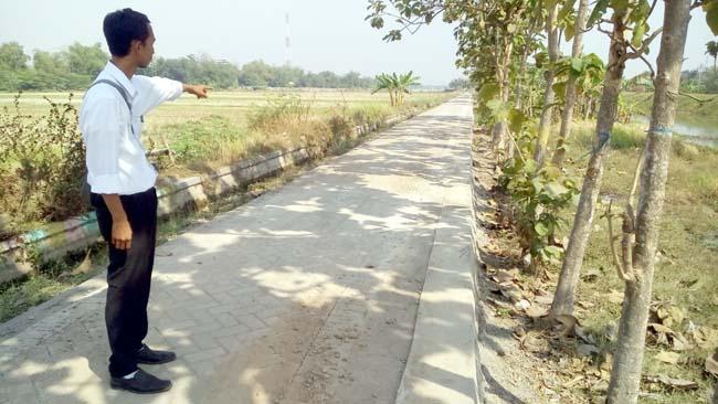 Sekretaris Desa Kedungsumur, Miftahul Huda menunjukan jalan pertanian, alternatif yang baru saja di bangun (gus)