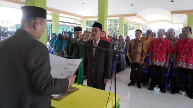 Pengambilan sumpah jabatan Pj Kepala Desa Kedungrawan, Sigit Hari Prakoso ketika melakukan penandatanganan naskah sumpah, disaksikan Camat Krembung, Drs. Abdul Muid M.Si (gus)