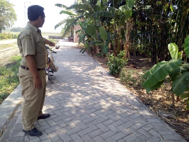 Sekretaris Desa Balonggarut, Khoirur Rofiq menunjukkan pavingisasi (gus)