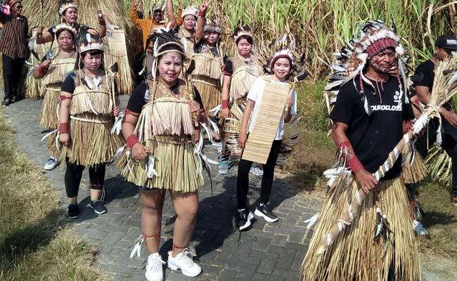 Pakaian adat Papua yang ditampilkan oleh warga Dusun Wonoboyo RT 1 /RW 1. (par)