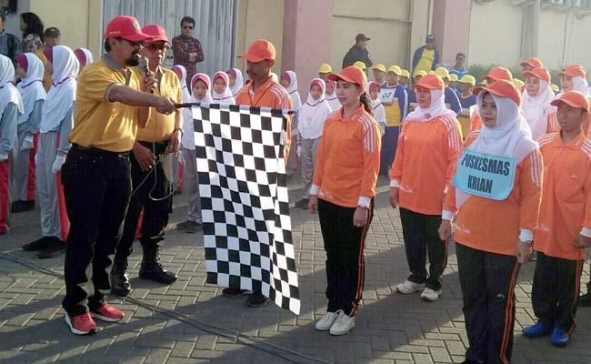 Camat Krian , Agus Maulidy memberangkatkan peserta gerak jalan dari garis star