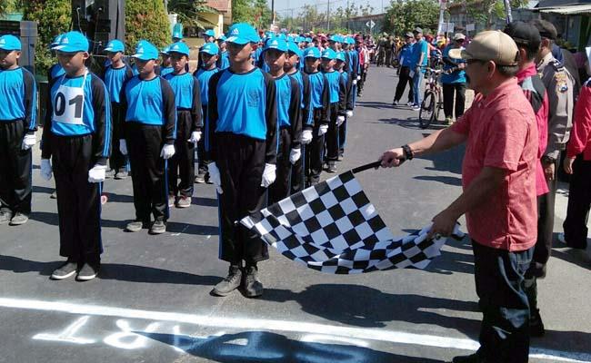 Camat Wonoayu Abdul Kifli, mengibarkan bendera star gerak jalan peringatan HUT RI ke 74. (par)