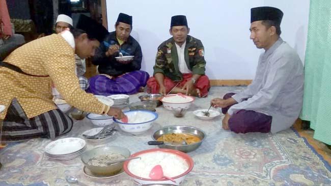 HAJAT : Makan Bersama Dalam Acara Seusai Do'a bersama dan bersholawat. (H.Mansyur Usman/Memontum.Com)
