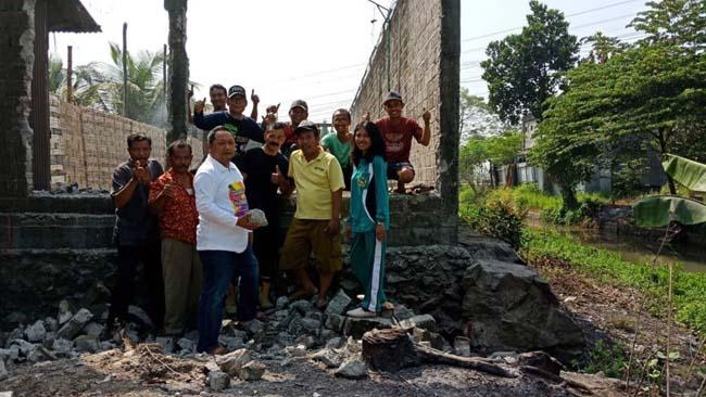BONGKAR - Warga Desa Sidomulyo, Kecamatan Krian, Sidoarjo membongkar bangunan liar (bangli) gudang yang diduga melanggar sempadan Sungai Patuk bersama anggota DPRD Sidoarjo, M Nizar dan Kades, Kunadi, Minggu (25/8/2019)