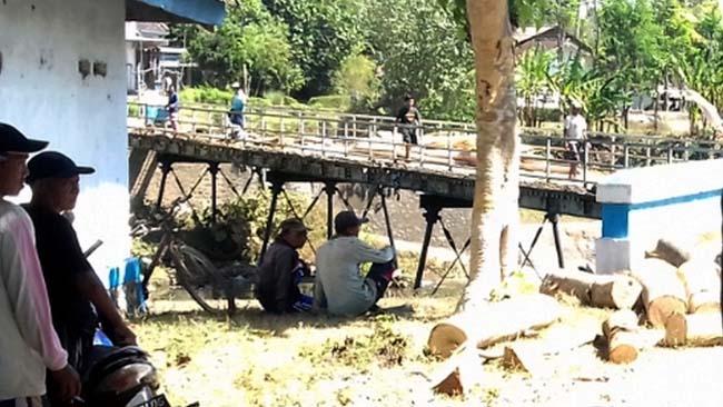 MEMPRIHATINKAN: Kondisi Jembatan Wonosroyo di Desa Lombok Kulon, Kecamatan Wonosari Bondowoso harus segera diperbaiki