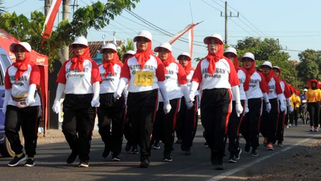 KOMPAK : Peserta lomba Gerak jalan Desa Gambiran. (tut)
