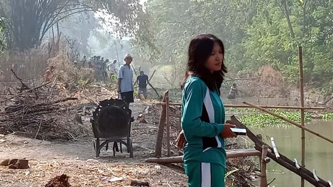 Warga Sidomulyo-Krian Bongkar Bangunan Gudang Untuk Jalan Antar Dusun