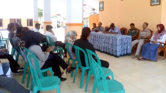 Suasana pertemuan antara panitia dan Cakades Desa Menampu, disaksikan BPD dan Muspika Gumukmas. (ist)