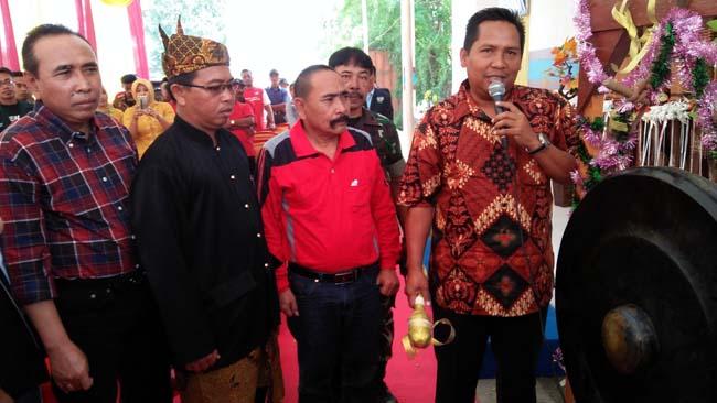 Kepala Dinas Koperasi, Ainurrohman hadir didampingi Abdul Kifli Camat Wonoayu, Mulyanto Kades Lambangan, dan Ali Imron, Kepala Dinas P3MD ikut hadir dalam peresmian BUMDes Lambang Jaya. (par)